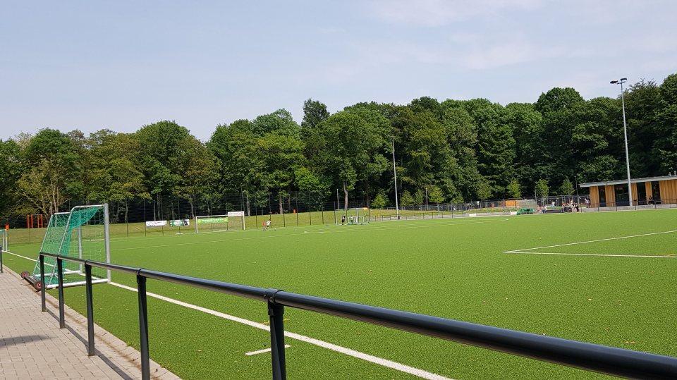 Neue Sportanlage - mittig grüne Rasenfläche, außen herum eine Laufbahn.
