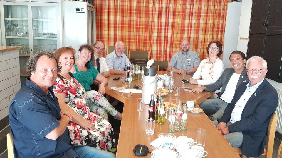 Staatssekretärin Andrea Milz sitzt mit Mitgliedern des Kreissportbundes Viersen an einem großen, langen Tisch.