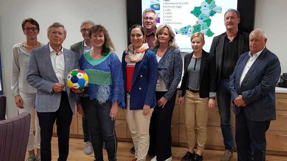 Staatssekretärin Andrea Milz mit den Mitarbeitern vom Kreissportbund Borken in deren Vereinsraum.