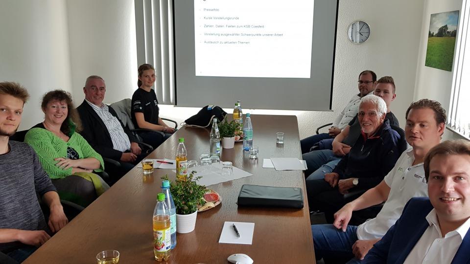 Staatssekretärin Andrea Milz mit Mitgliedern des Kreissportbundes Coesfeld an einem langen Tisch sitzend.
