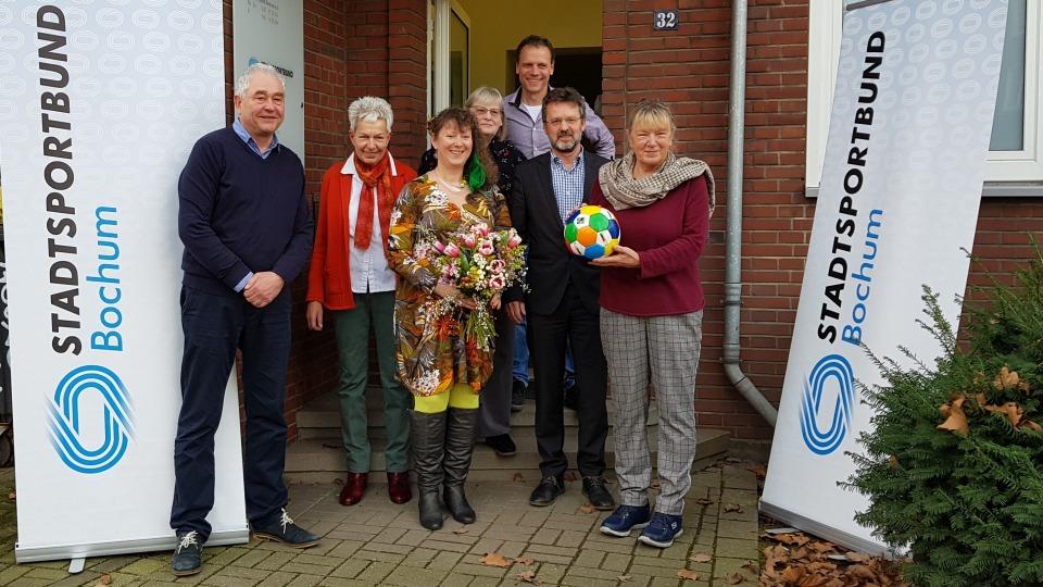 Staatssekretärin Andrea Milz mit den Vorstandsmitgliedern des Sportbunds Bochum vor dem Vereinsgebäude.
