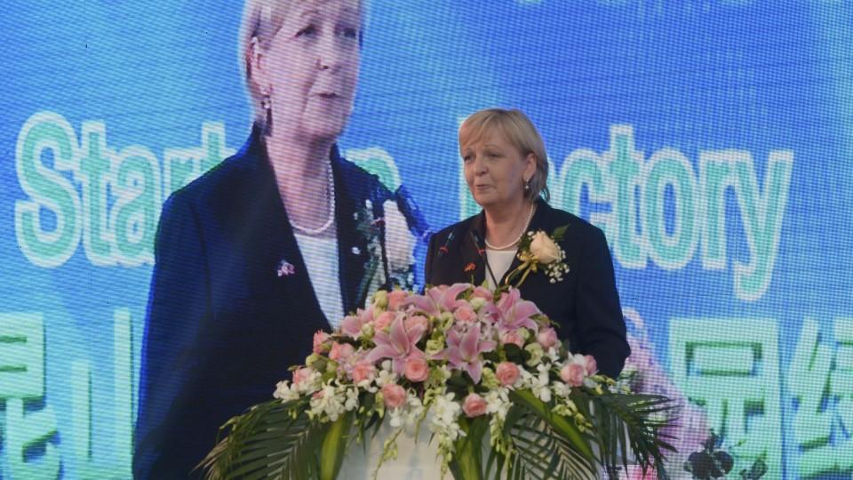 Ministerpräsidentin Hannelore Kraft hält ein Grußwort in der Startup Factory in Kunshan