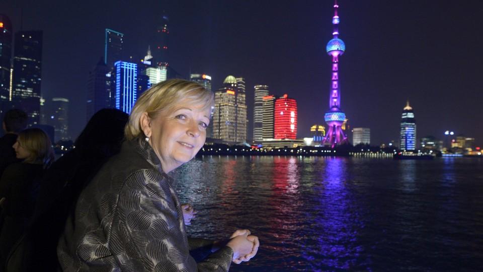 Ministerpräsidentin Hannelore Kraft auf einem Schiff auf dem Fluss Bund bei Nacht