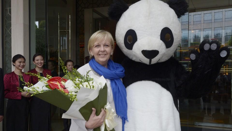 Ministerpräsidentin Hannelore Kraft wird in Chengdu vor dem Hotel von einer Figur im Panda-Kostüm begrüßt.