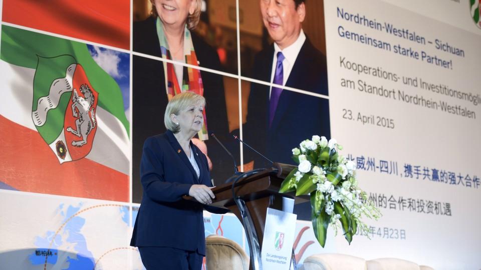 """Ministerpräsidentin Hannelore Kraft hält ein Grußwort auf der Konferenz """"Nordrhein-Westfalen – Sichuan. Gemeinsam starke Partner!"""