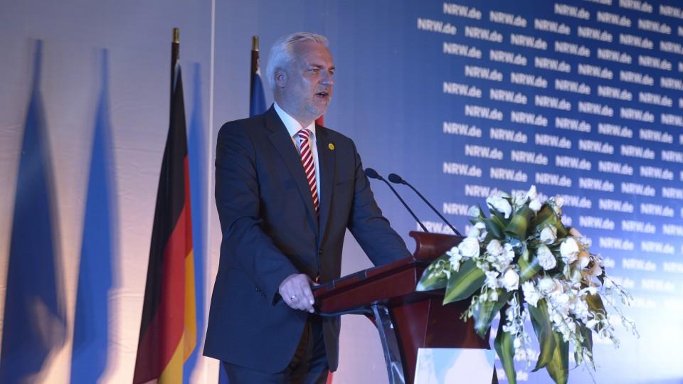 Wirtschaftsminister Garrelt Duin hält eine Rede