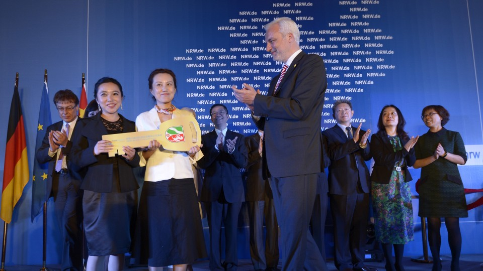 Wirtschaftsminister Garrelt Duin überreicht symbolisch einen Schlüssel and LIU Donna, der Leiterin, der neuen Repräsentanz NRW.INVEST Sichuan in Chengdu, China