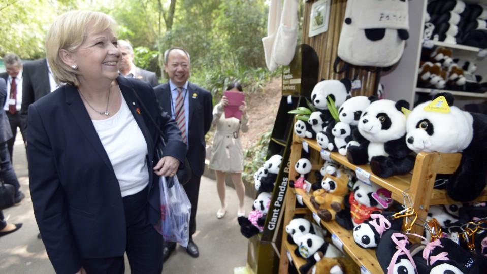 Ministerpräsidentin Hannelore Kraft vor einem Souveniershop mit Panda-Artikeln