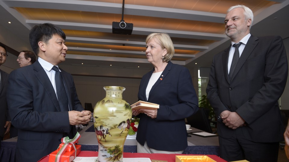 Ministerpräsidentin Hannelore Kraft und Wirtschaftsminister Garrelt Duin beim Austausch von Gastgeschenken mit CEO von Huawei, GUO Ping