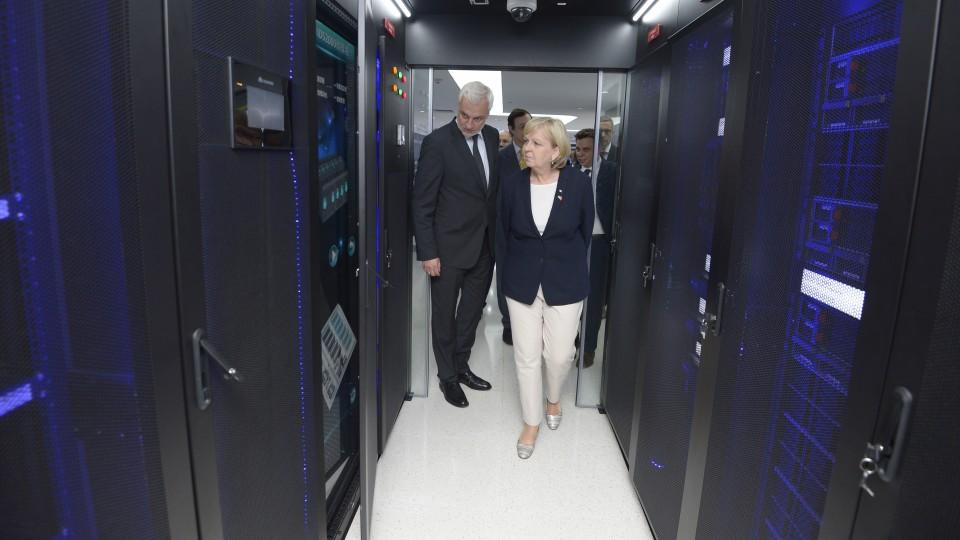 Ministerpräsidentin Hannelore Kraft und Wirtschaftsminister Garrelt Duin besichtigen einen Serverraum