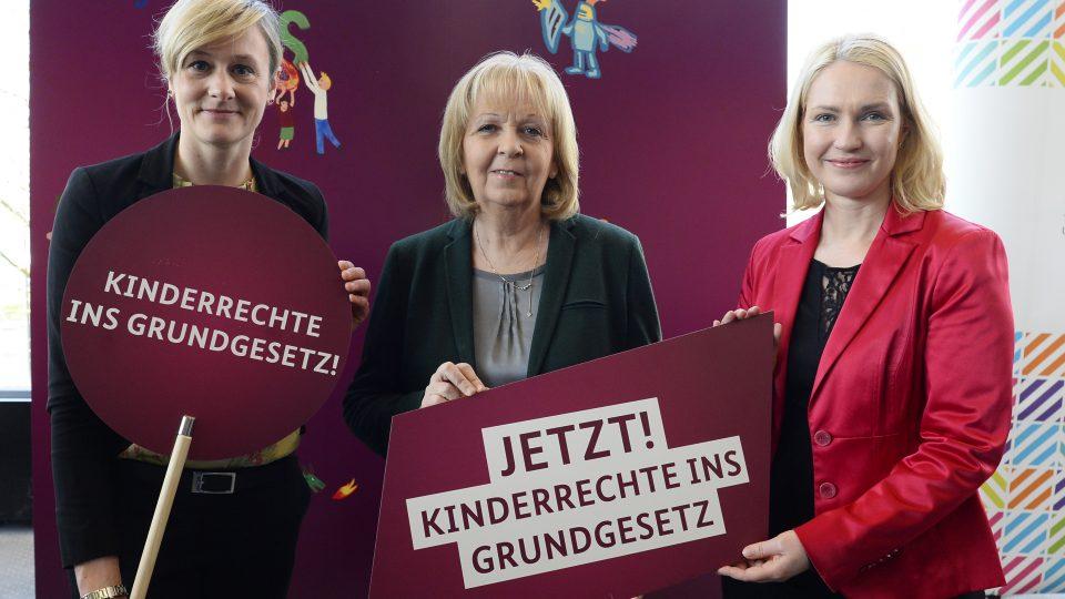 """Schilder werden hochgehalten mit der Aufschrift """"Jetzt! Kinderrechte ins Grundgesetz"""""""