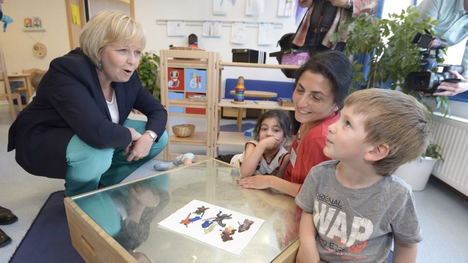 Ministerpräsidentin Hannelore Kraft mit Kindern