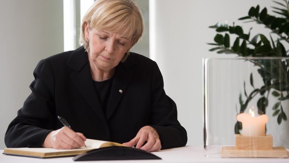 Ministerpräsidentin Hannelore Kraft beim Eintrag in das Kondolenzbuch im Landtag NRW