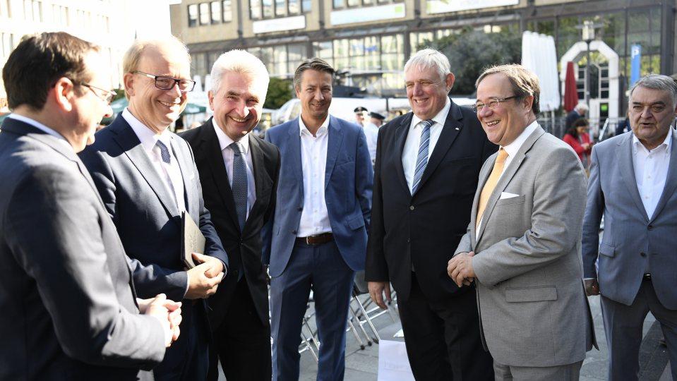 Ministerpräsident Laschet spricht mit Ministern und OB Kufen