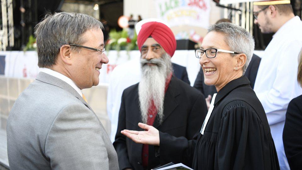 Ministerpräsident Armin Laschet im Gespräch mit zwei Vertretern der verschiedenen Religionen