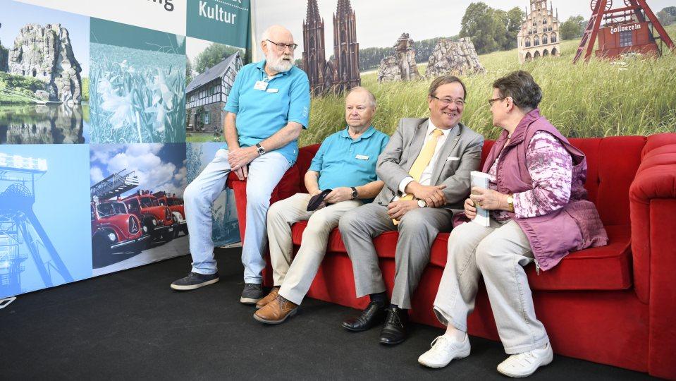 Ministerpräsident Armin Laschet unterhält sich mit Bürgern auf dem Roten Sofa