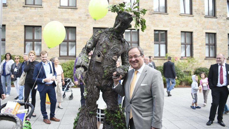 Ministerpräsident Armin Laschet posiert mit dem NRW-Baum für ein Foto