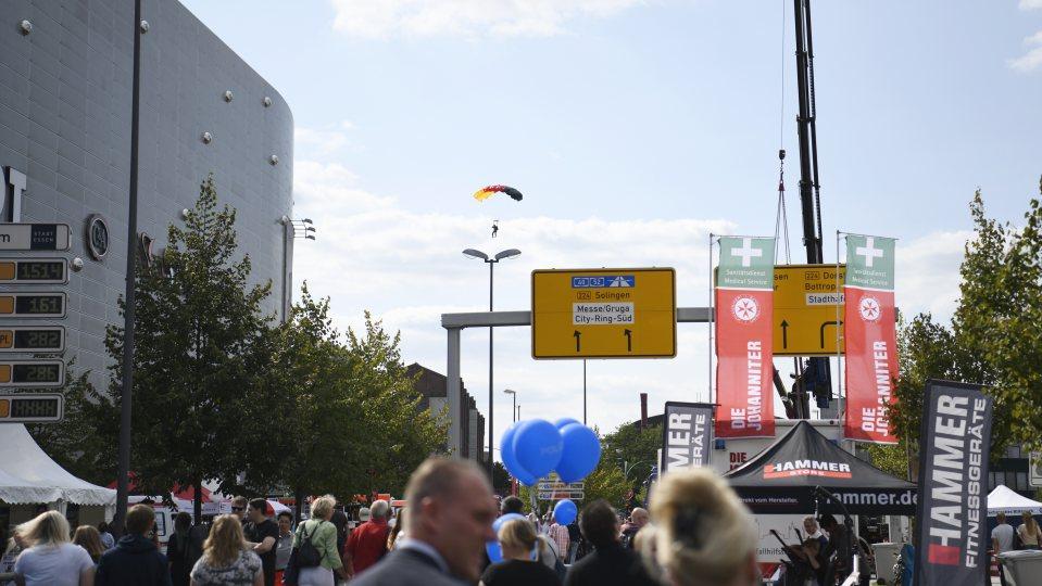 Ein Fallschirmspringer landet in der Innenstadt