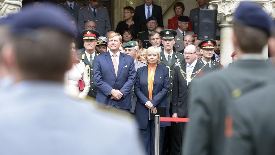 Ministerpräsidentin Hannelore Kraft und S.M. König Willem-Alexander der Niederlande beim öffentlichen militärischem Zeremoniell auf dem Prinzipalmarkt in Münster