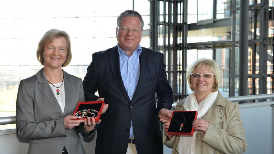 Staatssekretär und Regierungssprecher Thomas Breustedt empfängt die Leiterin der JVA Hamm, Elisabeth Nubbemeyer, und die dortige Leiterin der Arbeitstherapie Sabine Pröpper, in der Staatskanzlei