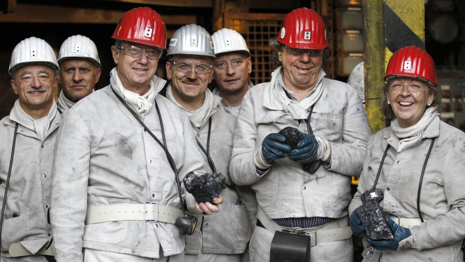 Gruppenfoto mit Ministerpräsidentin Kraft (rechts), Botschafter Emerson (2. von links) und Ruhrtriennale-Intendant Simons (2. von rechts) im Rahmen der Grubenfahrt im Bergwerk Auguste Victoria.