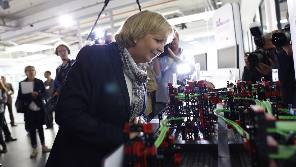 Ministerpräsidentin Kraft betrachtet eine Kugelbahn