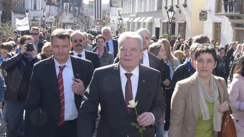 Das Bild zeigt Bundespräsident Gauck mit NRW-Ministerin Steffens in einer Arnsberger Fußgängerzone