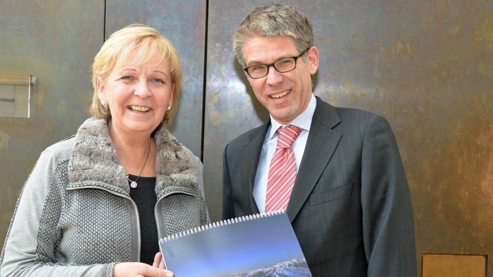 Ministerpräsidentin Hannelore Kraft erhält Adventskalender der Evangelischen Kirchen