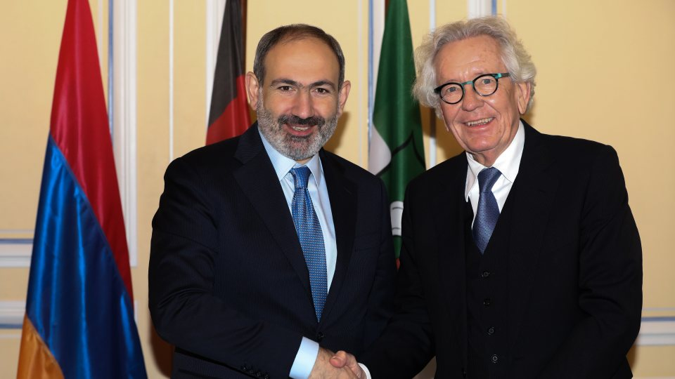 Minister Holthoff-Pförtner Hände schüttelnd mit dem armenischen Ministerpräsidenten.