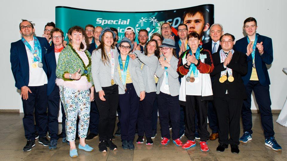 Staatssekretärin Andra Milz mit allen Athleten aus NRW, die an der Special Olympics World Summer Games 2019 teilgenommen haben..