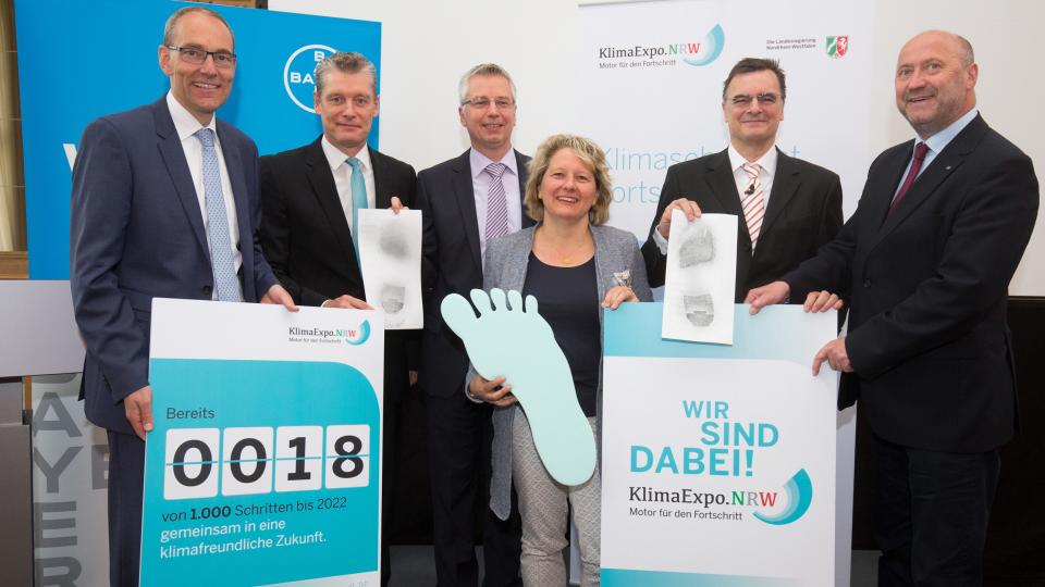 NRW-Wissenschaftsministerin Svenja Schulze und die KlimaExpo.NRW mit Geschäftsführer Dr. Heinrich Dornbusch (2.v.l.) zeichnen Bayer MaterialScience deswegen als Schrittmacher für den Klimaschutz aus