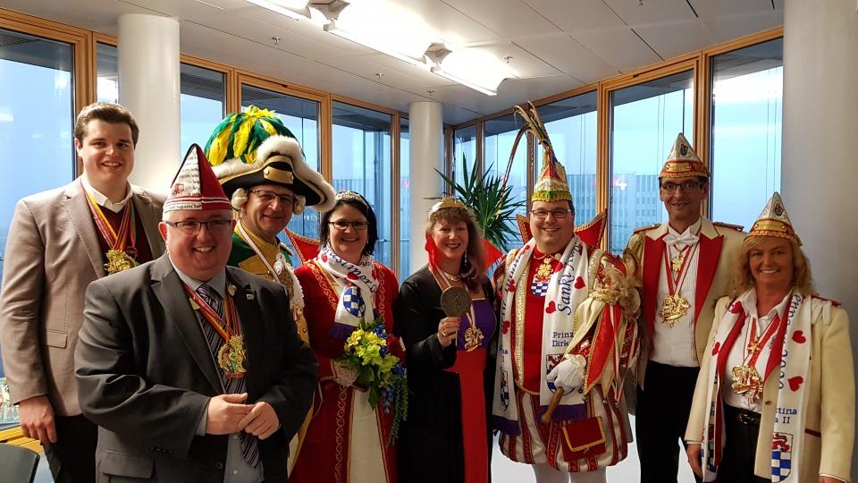 Staatssekretärin Andrea Milz mit Prinz Dirk I, Augustina Petra II und anderen Mitgliedern des Karnevalsvereins.
