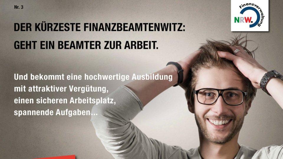 Junger Mann im grauen Pollover und mit einer Brille rauft sich mit beiden Hädnen die Haare. Links oben in Schwarz steht der kürzeste Finanzbeamtenwitz: Geht ein Beamter zur Arbeit.
