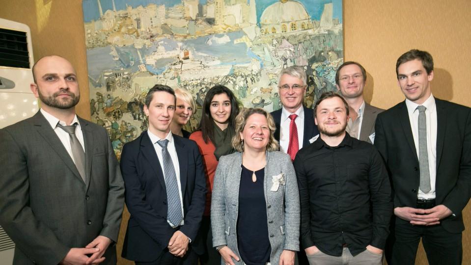 Das Foto zeigt ein Gruppenbild von Wissenschaftsministerin Svenja Schulze mit Vertreterinnen und Vertretern der Deutsch Türkischen Stiftung für gegenseitige Unterstützung und Ausbildung (TADEV) sowie der Education Research Initiative (ERI) in der Friedrich Ebert Stiftung Istanbul.