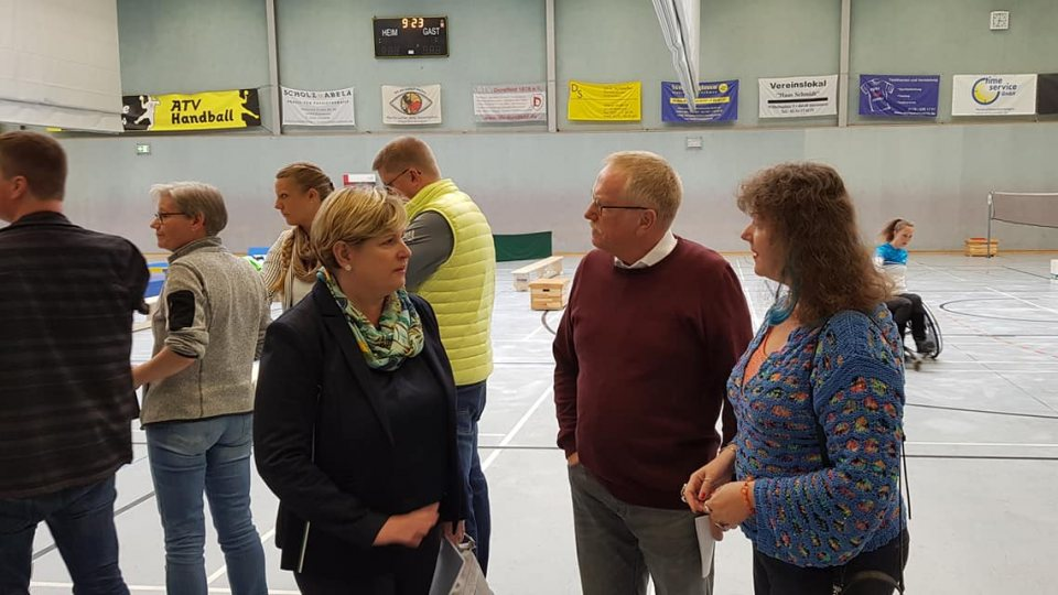 Staatssekretärin Andrea Milz im Gespräch mit Frau Claudia Middendorf und Herrn Reinhard Schneider in der Sporthalle in Dortmund.