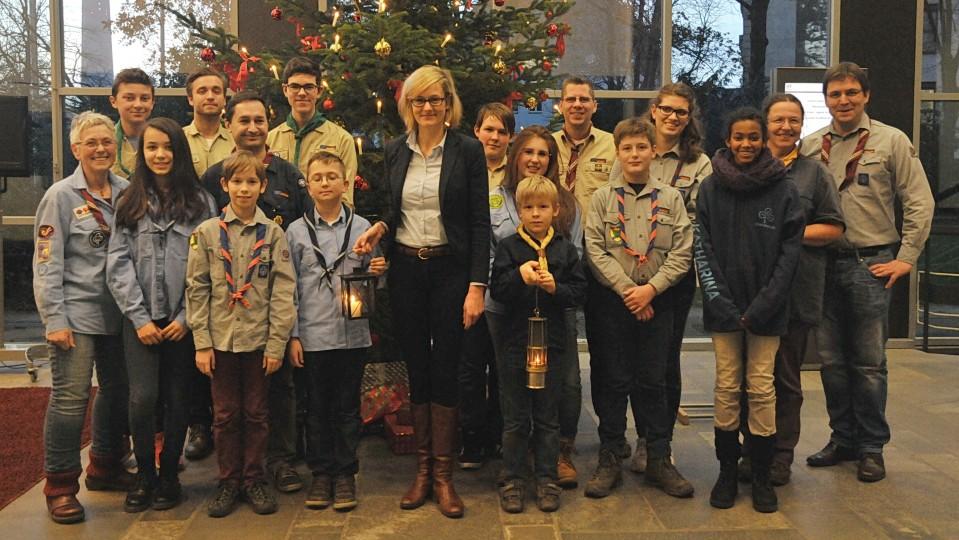 Ministerin Kampmann nimmt Friedenslicht aus Bethlehem in Empfang
