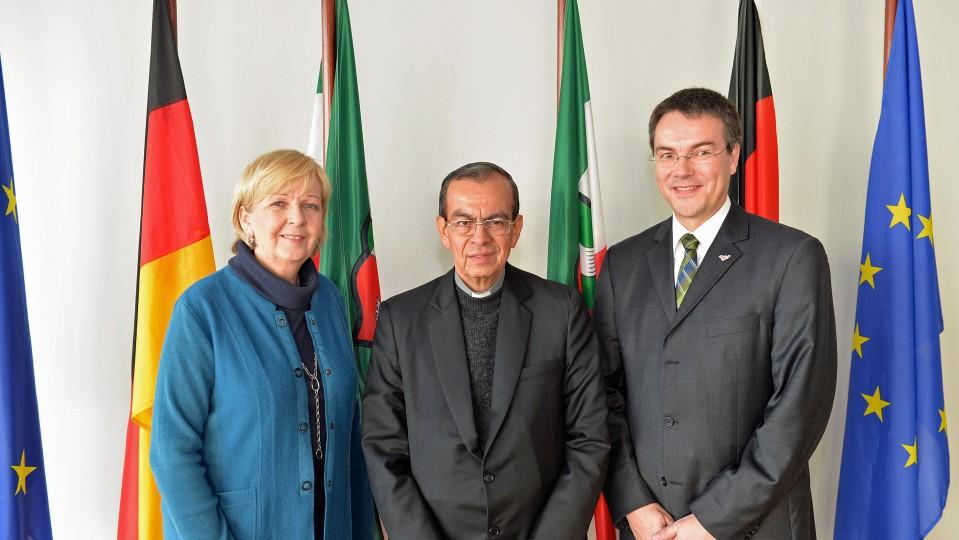 Ministerpräsidentin Hannelore Kraft hat Weihbischof Gregorio Rosa Chavez (Bildmitte) aus San Salvador im Rahmen des Lateinamerika-Hilfswerks von Adveniat getroffen. An dem Gespräch nahm auch der Geschäftsführer von Adveniat, Stephan Jentgens, rechts im Bild, teil