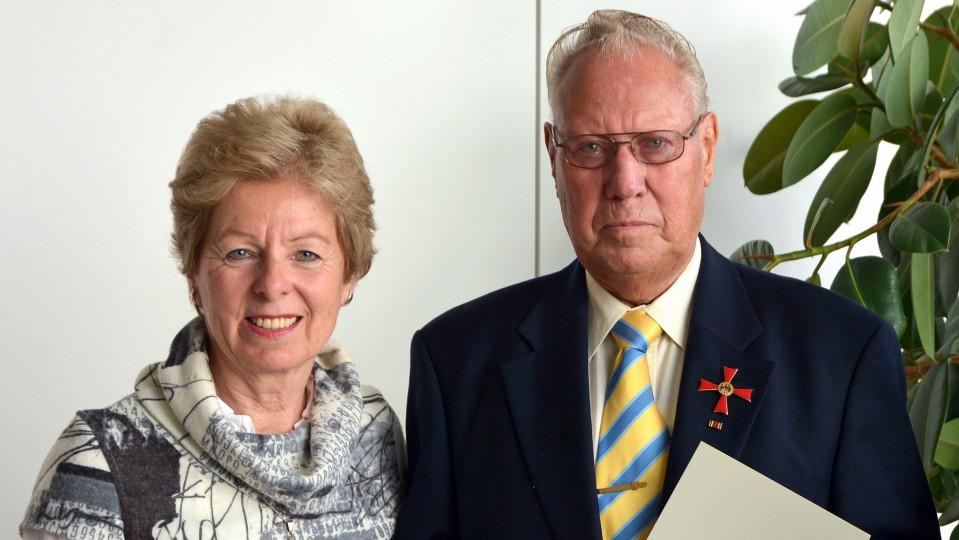 Lutz Malaschöwski mit angestecktem Bundesverdienstkreuz neben NRW-Europaministerin Angelica Schwall-Düren