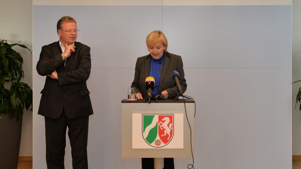 Das Foto zeigt Regierungssprecher Thomas Breustedt (l.), Ministerpräsidentin Hannelore Kraft