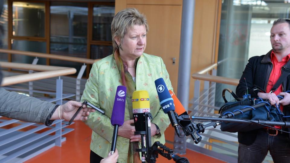 Schulministerin Löhrmann vor Kamerateams
