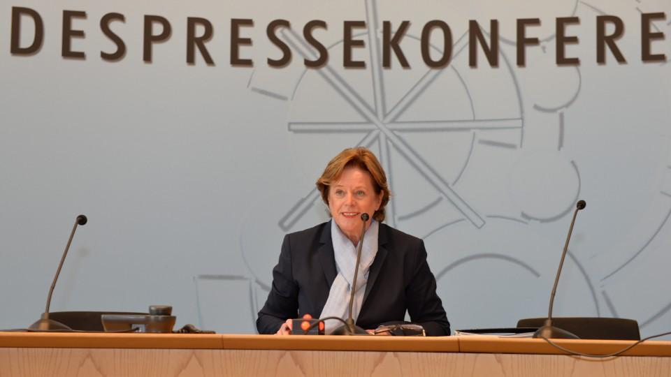 Ministerin Ute Schäfer bei einer Rede auf der Landespressekonferenz