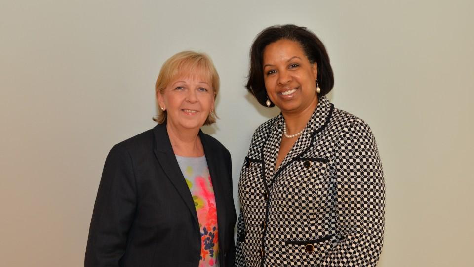 Das Foto zeigt Ministerpräsidentin Hannelore Kraft und Toni Townes-Whitley von Microsoft.