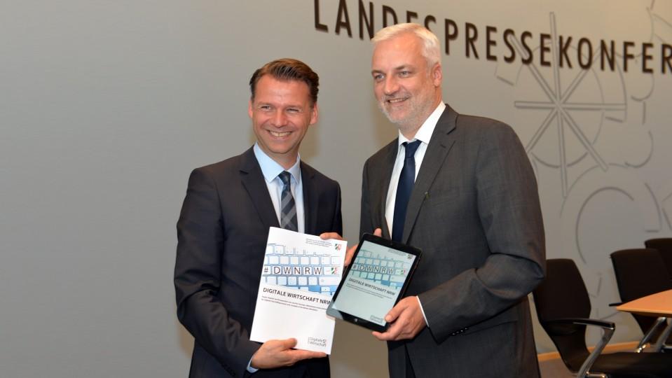 Prof. Dr. Tobias Kollmann, Beauftragter für die Digitale Wirtschaft NRW und Wirtschaftsminister Garrelt Duin präsentieen die neue Strategie
