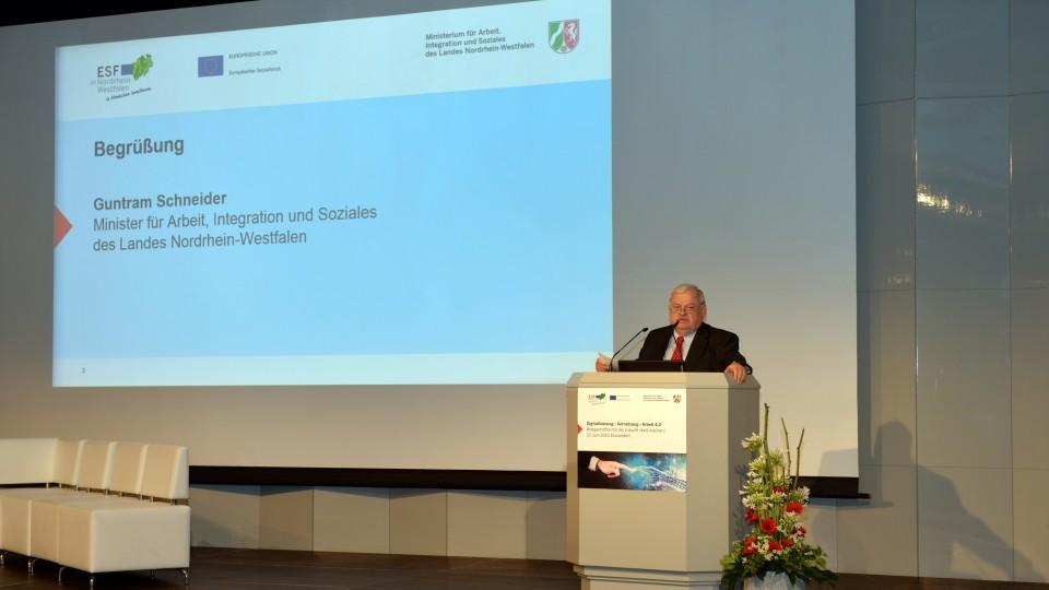 Arbeitsminister Guntram Schneider bei seiner Eröffnungsrede der Betriebsrätekonferenz Arbeit 4.0