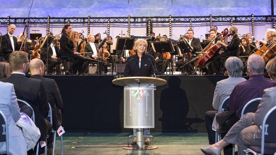 Ministerpräsidentin Hannelore Kraft begrüßt die Konzertgäste vor der Bühne