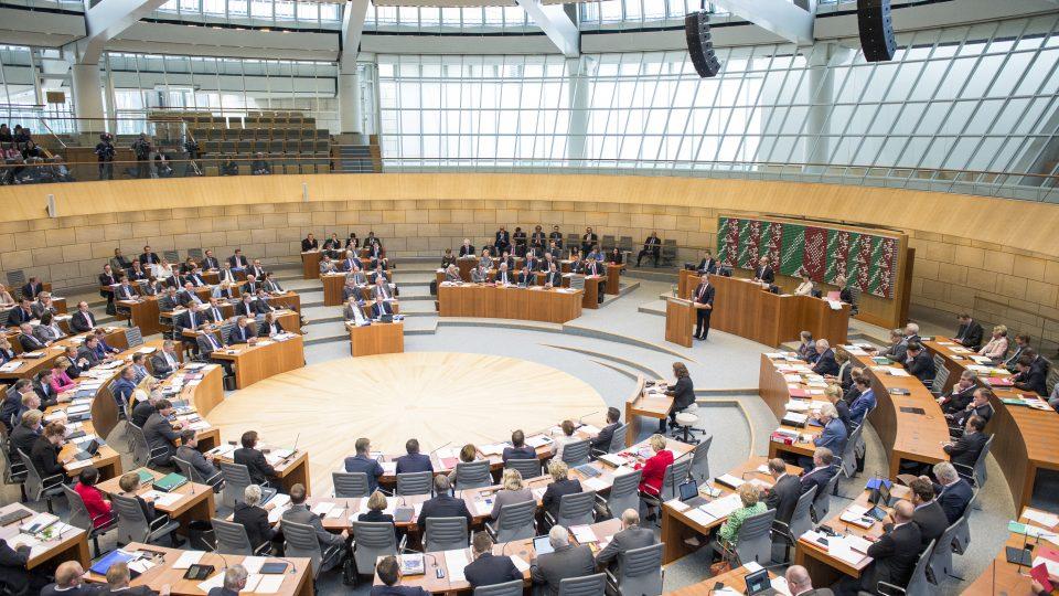 Ministerpräsident Armin Laschet hält seine Rede. Man sieht fast den gesamten, kreisförmigen Landtag.