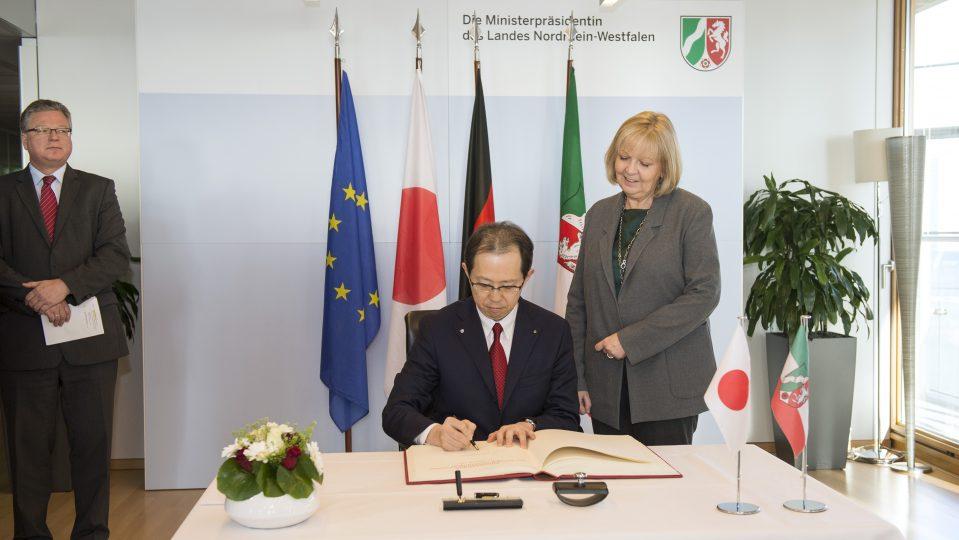 Im Rahmen seines Besuchs in der Staatskanzlei trug sich Fukushimas Gouverneurs Masao Uchibori ebenfalls in Gegenwart von Ministerpräsidentin Hannelore Kraft in das Gästebuch der Landesregierung ein.