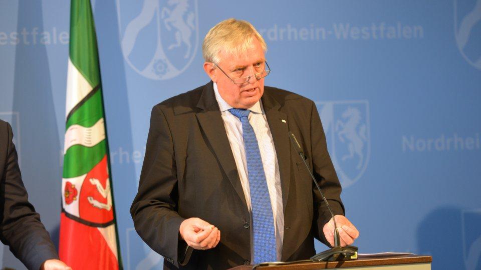 Mininister Laumann während der Pressekonferenz am Rednerpult