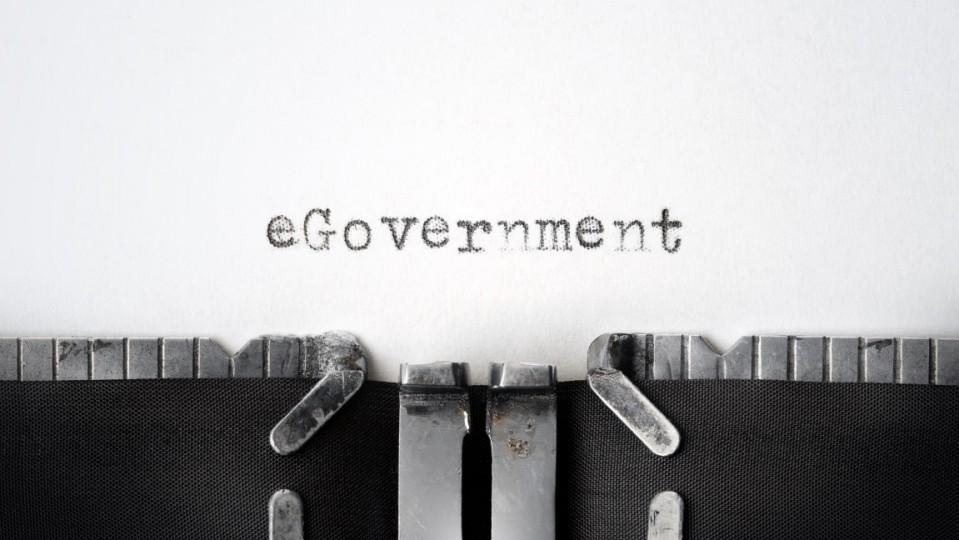 """Das Foto zeigt das getippte Wort """"eGovernment"""" auf einer klassischen Schreibmaschine."""