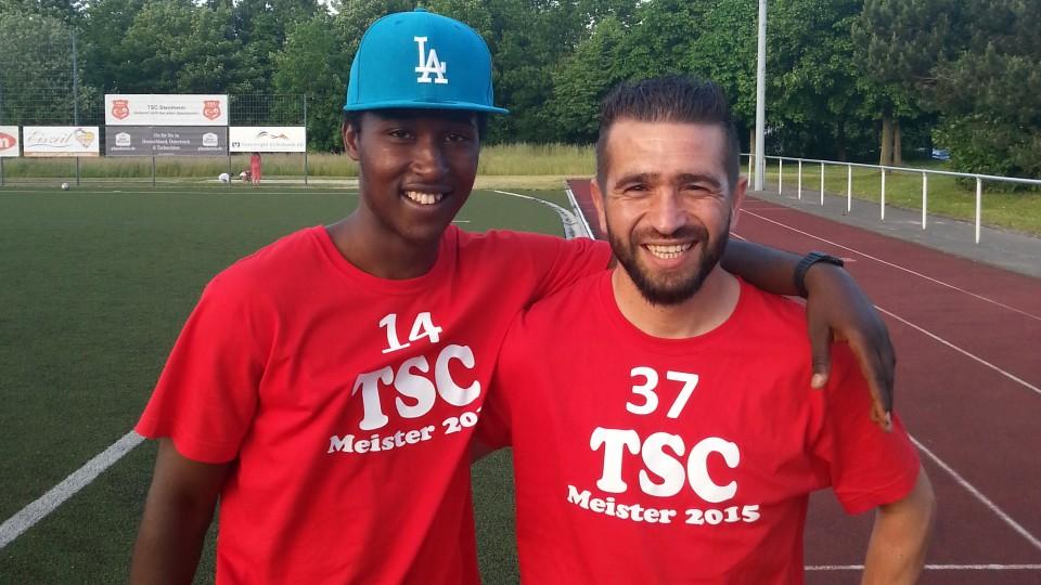 Das Foto zeigt Cellou Diallo (l.) mit seinem Fußballtrainer Haydar Özdemir an der Seite eines Fußballplatzes